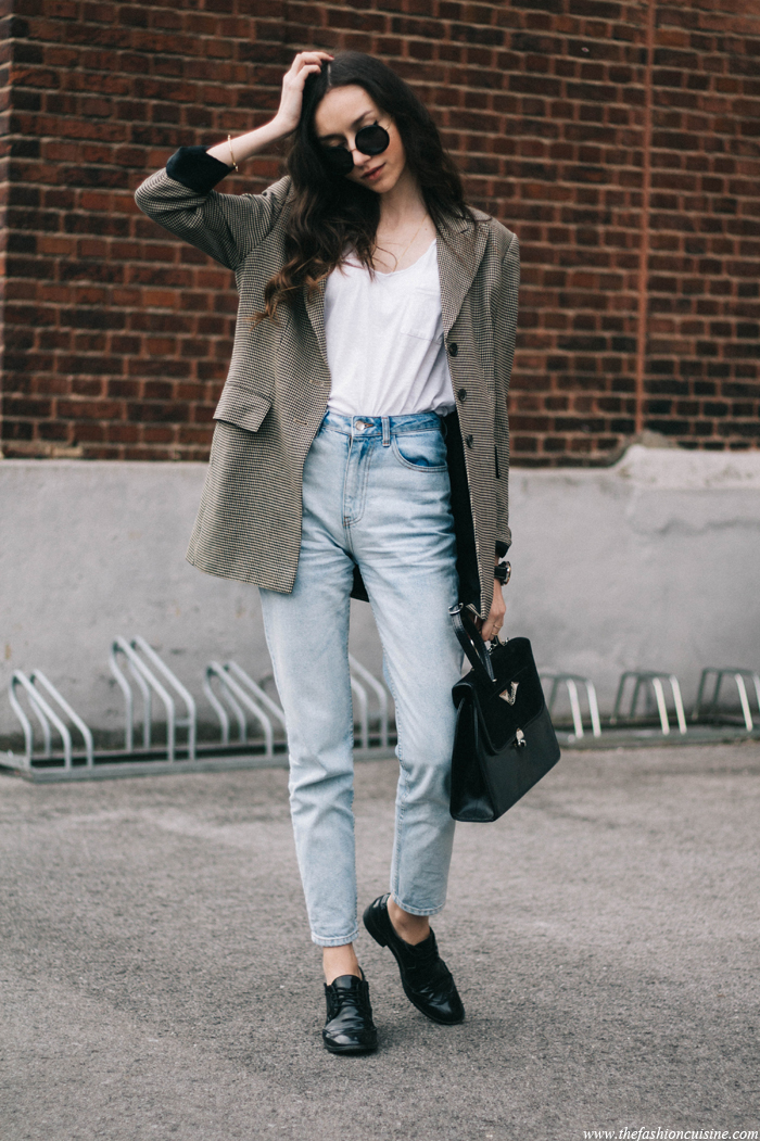 thefashioncuisine-vintage-checked-blazer-mom-jeans-white-tee-black-brogues-fashion-blogger-outfit-2
